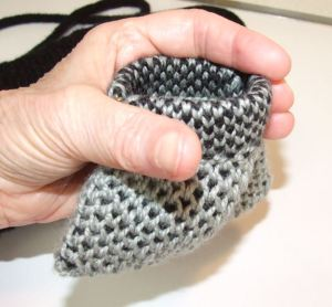 black hand bag coin purse-squeeze frame demo